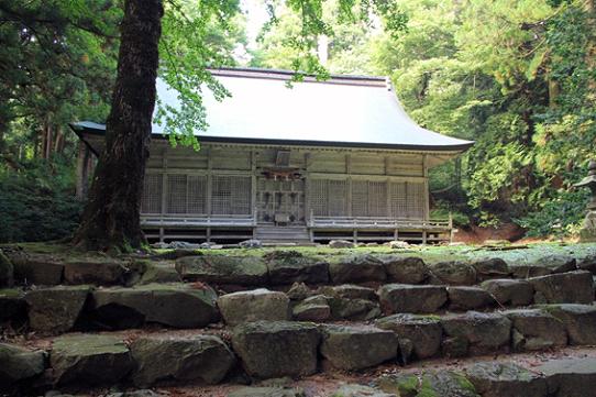 石動山ブナ林に佇む伊須流岐比古神社拝殿
